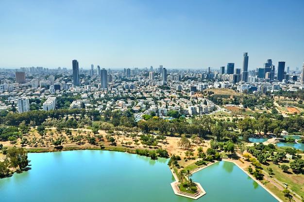 Panorama tel aviv con vista al centro de negocios del distrito de tel aviv y al lago en el parque ayarkon