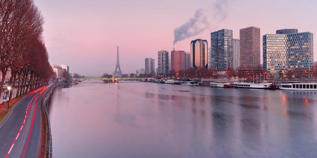 Panorama con la torre eiffel al atardecer, parís francia