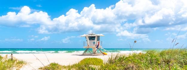 Panorama con torre de salvavidas en la playa en fort lauderdale, florida, ee.uu.
