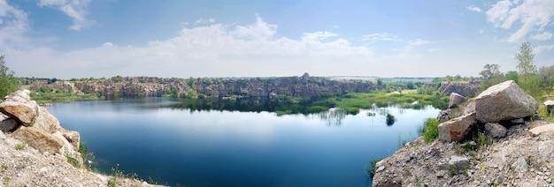Panorama de la vista al lago en verano.