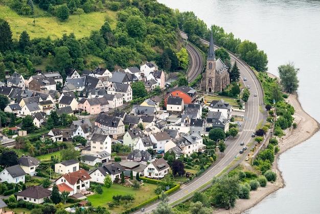 Panorama de la vista de la aldea de boppard en el río rin, valle medio del rin, alemania