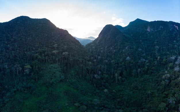 Panorámica aérea del río nam ou nong khiaw muang ngoi laos, cielo dramático al atardecer, pintoresco paisaje de montaña