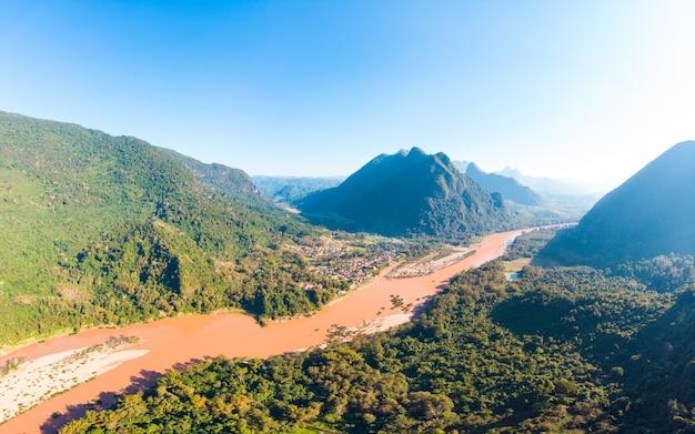 Panorámica aérea del río nam ou nong khiaw muang ngoi laos, espectacular paisaje escénico pináculo acantilado cordillera