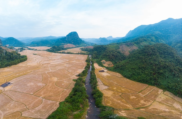 Panorámica aérea del río nam ou nong khiaw muang ngoi laos, espectacular paisaje pintoresco acantilado cordillera famoso destino turístico en el sudeste asiático