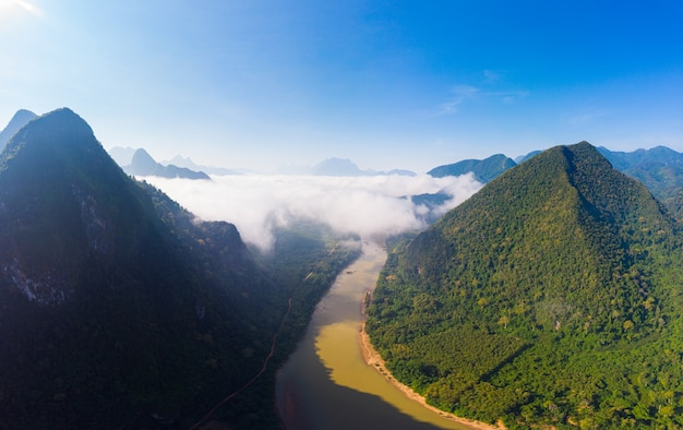 Panorámica aérea del río nam ou nong khiaw muang ngoi laos, espectacular paisaje pintoresco acantilado del valle del río con niebla matutina y nubes, famoso destino turístico en el sudeste asiático