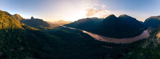 Panorámica aérea del río nam ou nong khiaw muang ngoi laos,