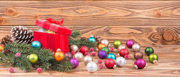 Panorámica de navidad con bolas y regalos de navidad, velas