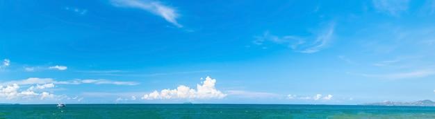 Panorámico hermoso paisaje marino con cielo azul