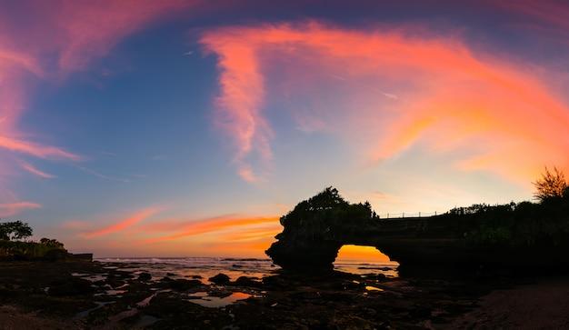 Panorámico de la puesta del sol hermosa del cielo en el templo hindú pura tanah lot, bali, indonesia.