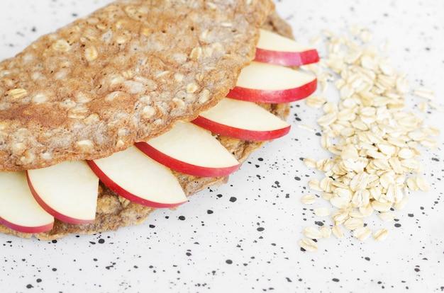 Panqueque de avena con rodajas de manzana