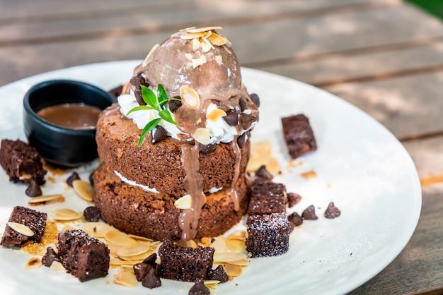 Panqueque de chocolate con helado de chocolate y brownies