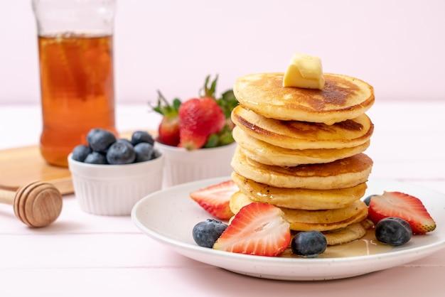Panqueque con fresas, arándanos y miel