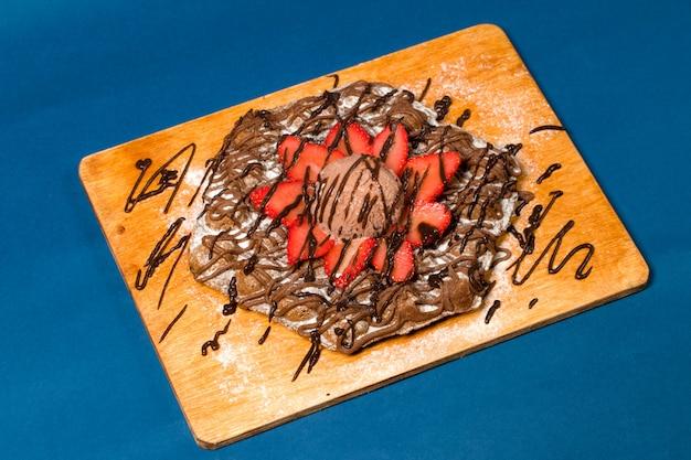 Panqueque con helado de chocolate y fresa