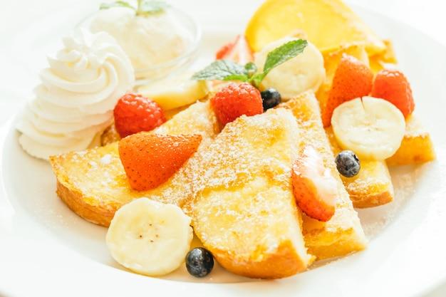 Panqueque y pan tostado con frutas mixtas.