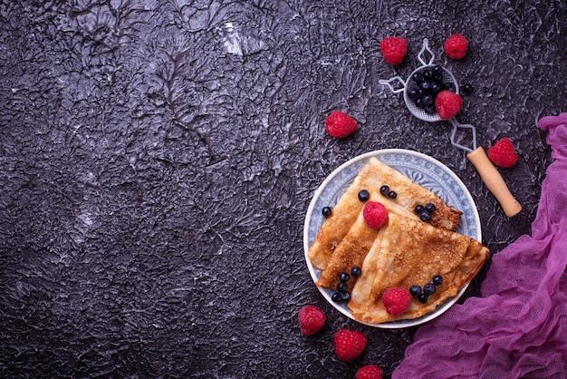 Panqueques con arándanos y frambuesas