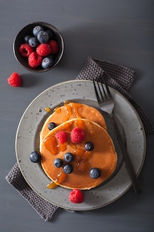 Panqueques con arándanos, miel de frambuesa y mermelada para el desayuno