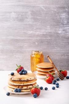 Panqueques de arándanos servidos con miel