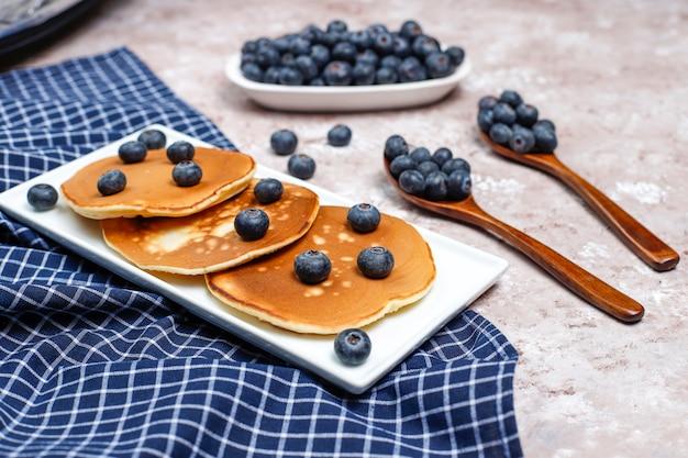 Panqueques de arándanos en superficie marrón claro