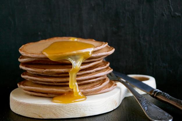 Panqueques caseros con miel.