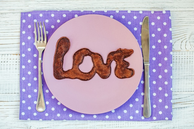 Panqueques de chocolate en un plato. el concepto de comida y amor.