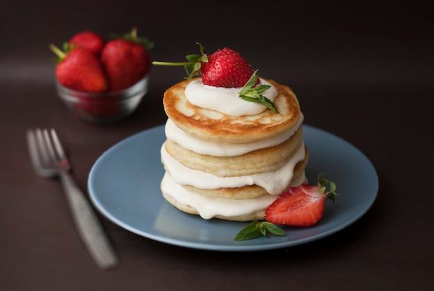 Panqueques con crema y strawbery. desayuno saludable.