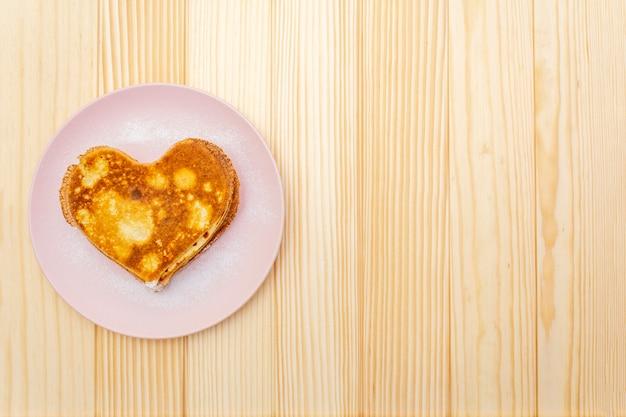 Panqueques en forma de corazón para un desayuno romántico
