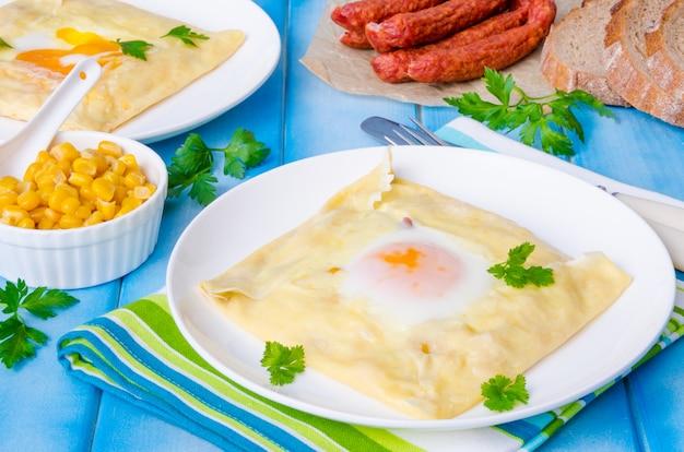 Panqueques con huevo, queso, maíz y salchichas