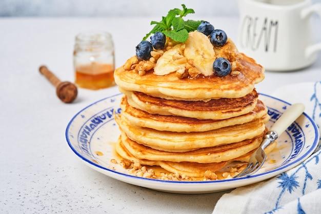 Panqueques con plátano, nuez, miel y caramelo para el desayuno