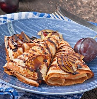 Panqueques con sirope de chocolate y ciruelas