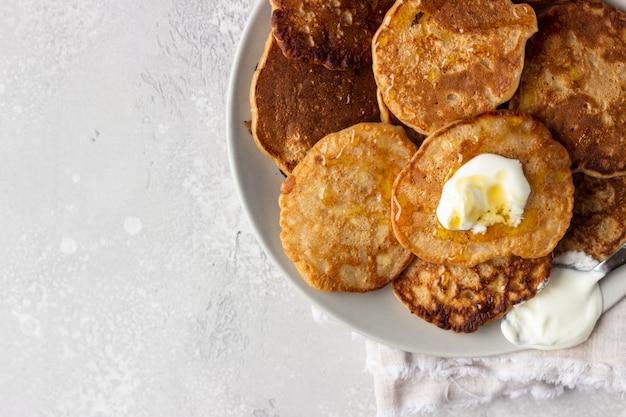 Panqueques de trigo sarraceno con miel y crema agria
