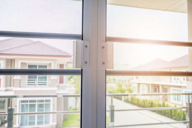 Pantalla de alambre de mosquitero en la protección de la ventana de la casa contra insectos