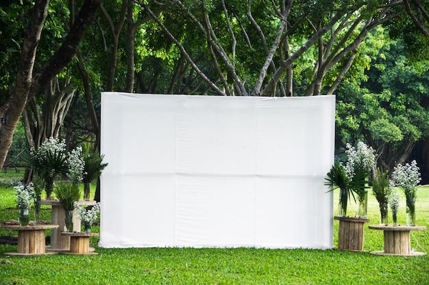Pantalla en blanco publicidad en blanco bandera tela simulacro por plantilla