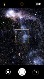 La pantalla de la cámara del teléfono inteligente captura una imagen de galaxia