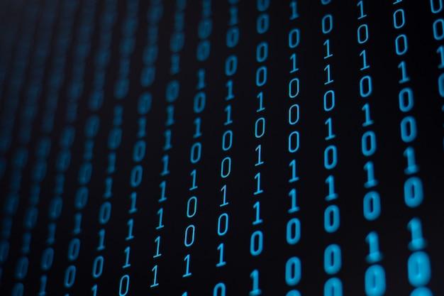 Pantalla de computadora con código binario