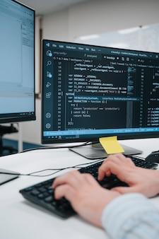 Pantalla de computadora con lenguaje de código de computadora escrito