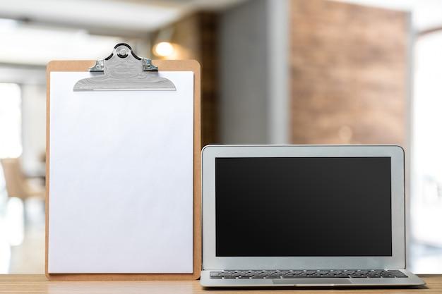 Pantalla de la computadora en una vista frontal de la mesa de trabajo