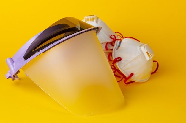 Pantalla facial protectora y mascarillas médicas.