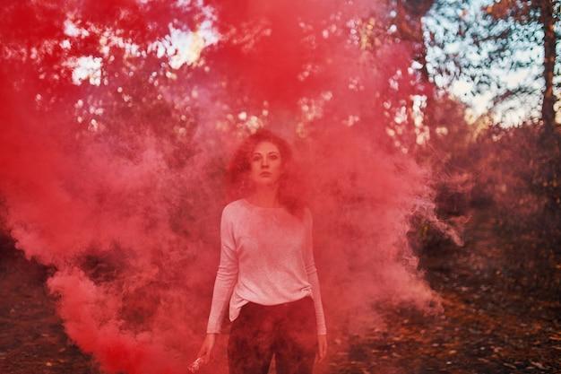 Pantalla de humo de mujer en el bosque