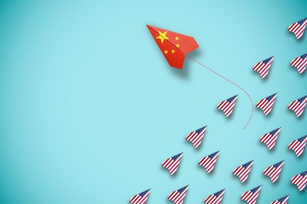 Pantalla de impresión de la bandera de china en un avión de papel volando y fuera de línea con el avión de ee. uu. el país chino es un competidor con los estados unidos de américa y la crisis de la guerra comercial de barrera.