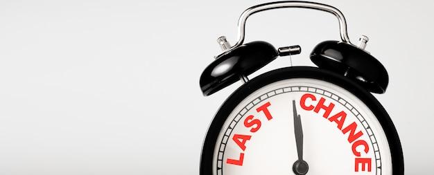 Pantalla de impresión de redacción de última oportunidad en reloj despertador negro.