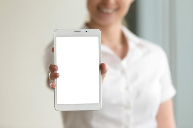 Pantalla de maqueta de tableta digital en manos femeninas, primer plano, espacio de copia