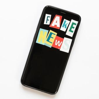 Pantalla móvil con mensaje de noticias falsas