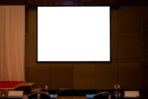 Pantalla de proyección en blanco en el aula de seminarios o en la sala de conferencias. el camino de recortes incluye en la exhibición.