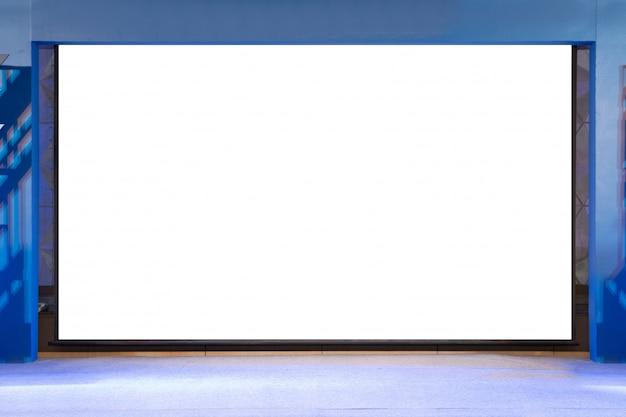 Pantalla de proyector aislada con espacio de copia en blanco en la etapa de evento