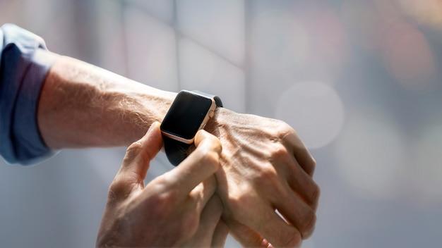 Pantalla de reloj inteligente en blanco