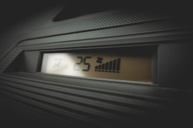 Pantalla de un sistema de aire acondicionado de coche a 25c ventilador completo