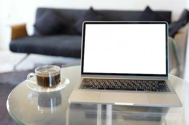 Pantalla para su hombre de publicidad trabajando en su computadora portátil con espacio de copia en blanco
