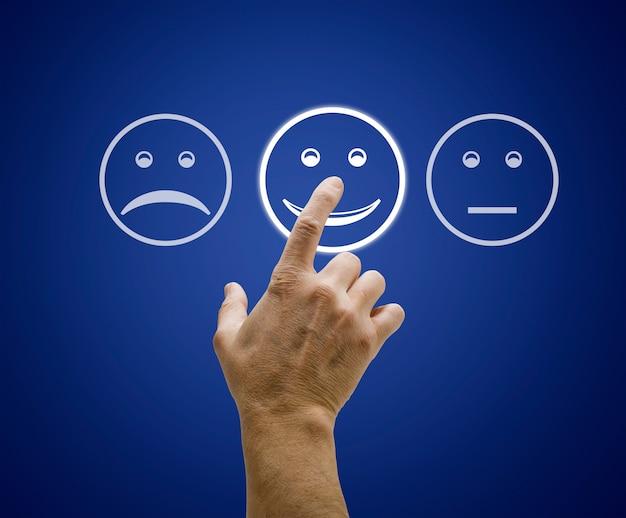 Pantalla táctil de mano con formulario de evaluación de atención al cliente.