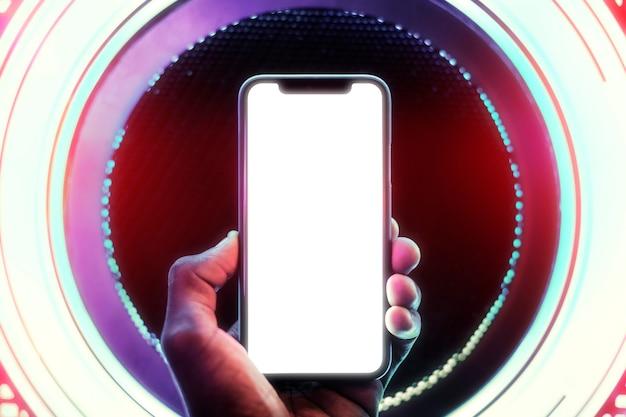 Pantalla de teléfono inteligente en un círculo de luces de neón