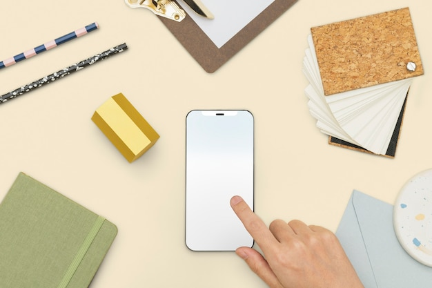 Pantalla de teléfono inteligente con estilo de vida de estudiante de herramientas de papelería
